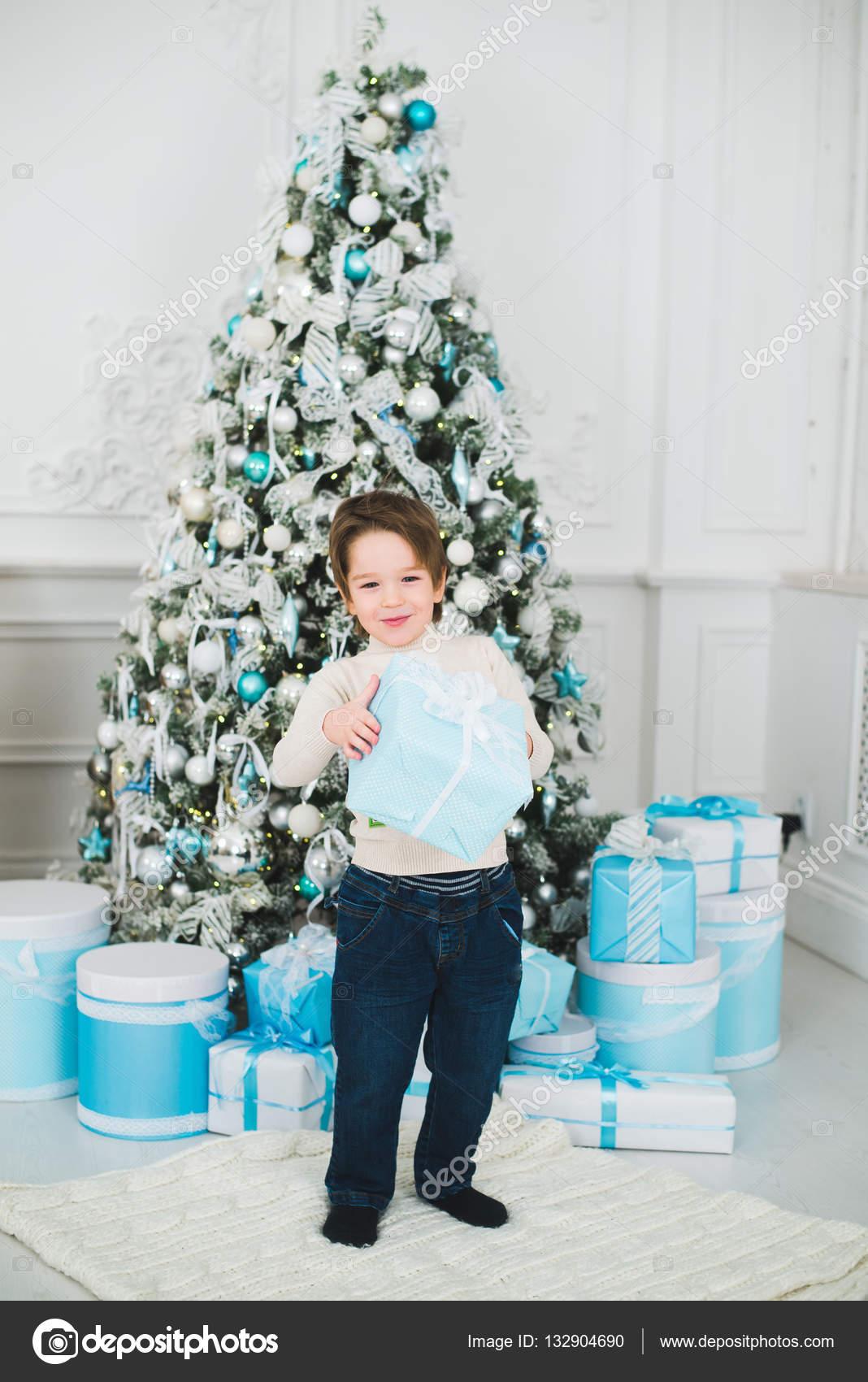 Urlaub, Geschenke, Weihnachten, x-mas-Konzept - glückliches Kind ...
