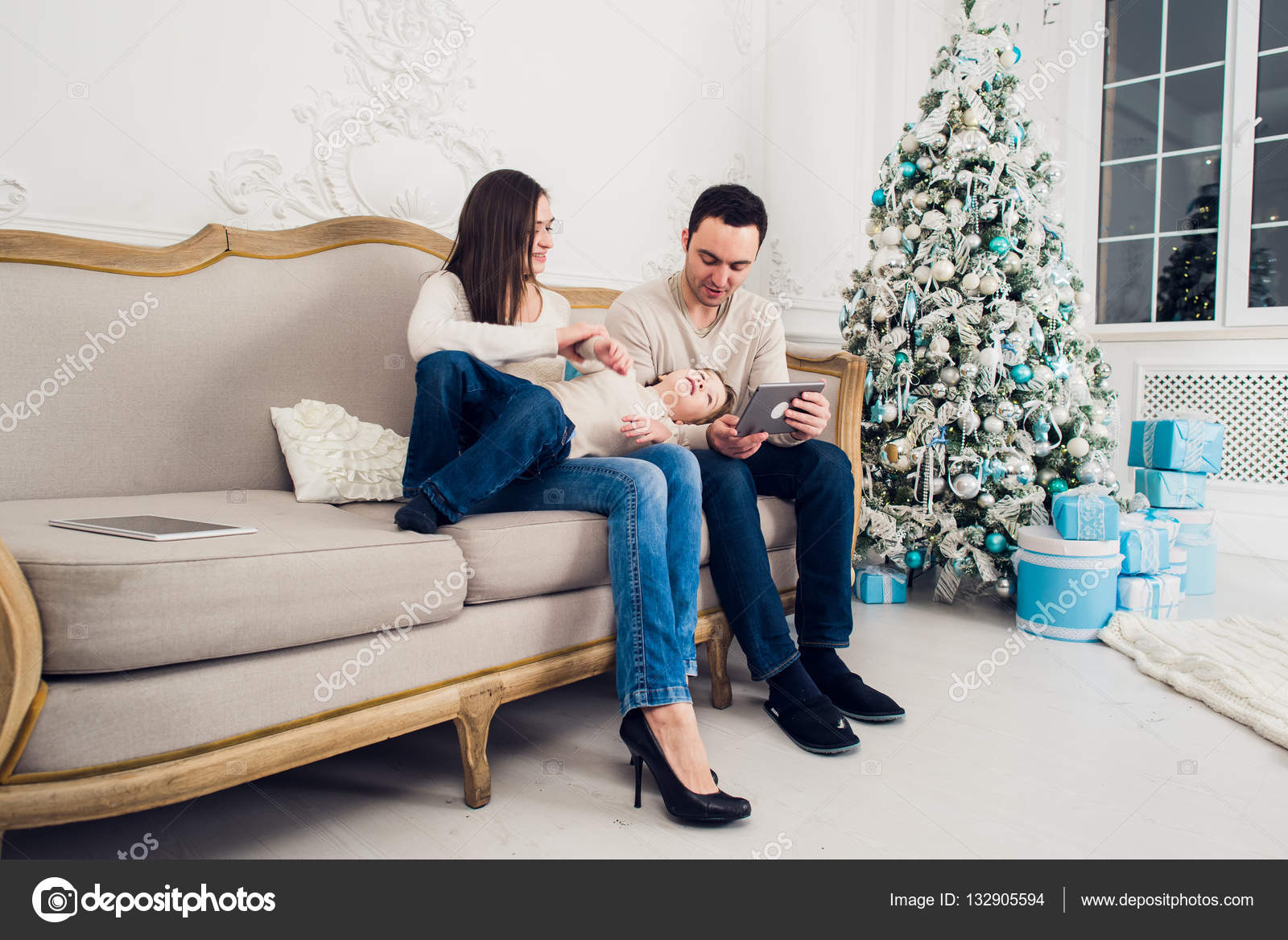 Fröhliche Familie Sitzt Im Wohnzimmer Spaß Mit Der Digital Tablette