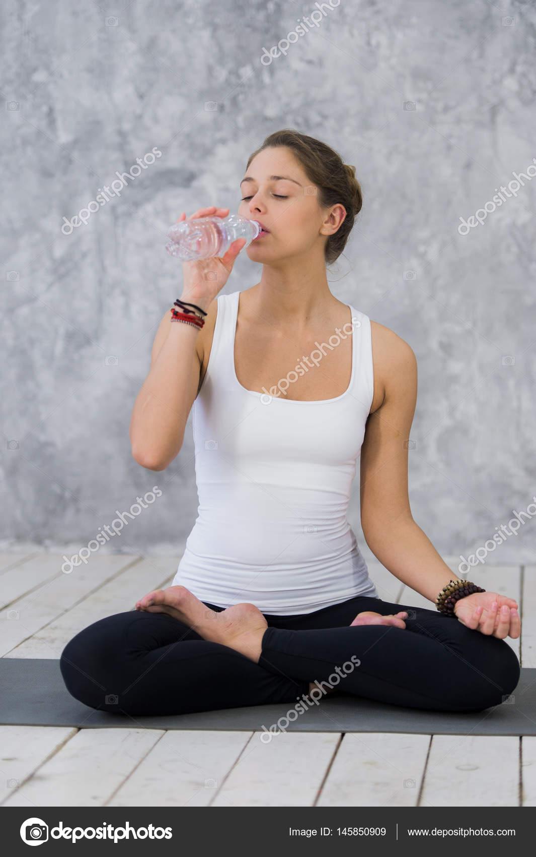 Sensation de soif. Fatigué des jeunes femmes dans le sport ... b4d83f5fb6d