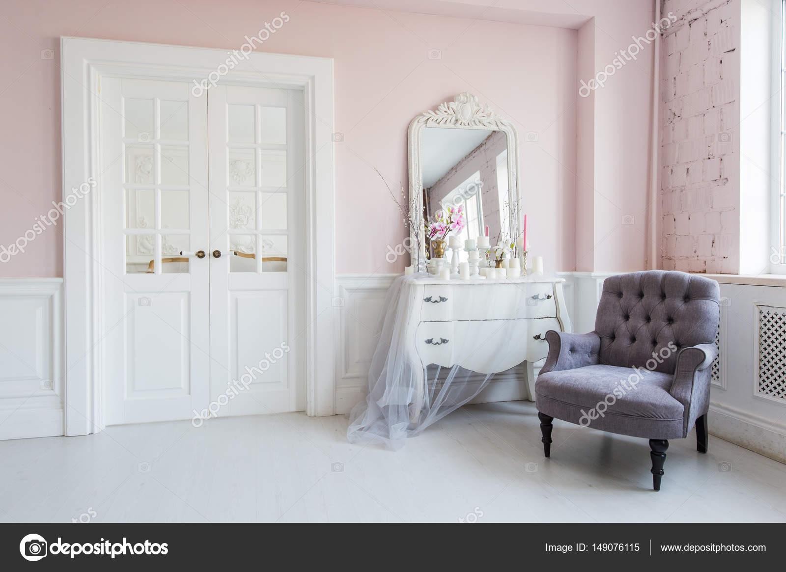 Klassieke fauteuil en spiegel tafel in de woonkamer interieur