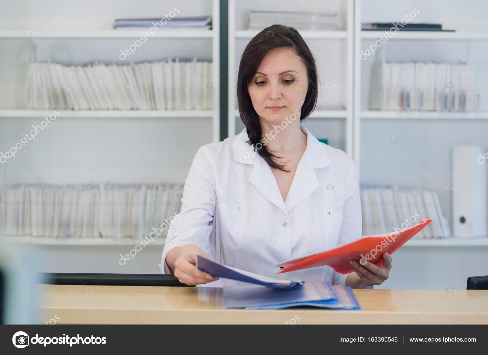 Flur der Notaufnahme und ambulante Krankenhaus und Frau Rezeptionist ...