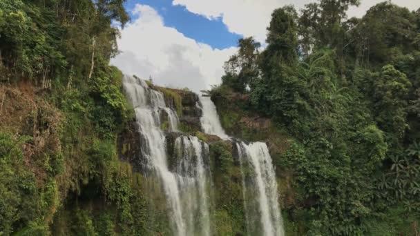 Dovolená v tropickém lese. Pakse Bolaven vodopád, s zelený tropický prales, cestování v Laosu
