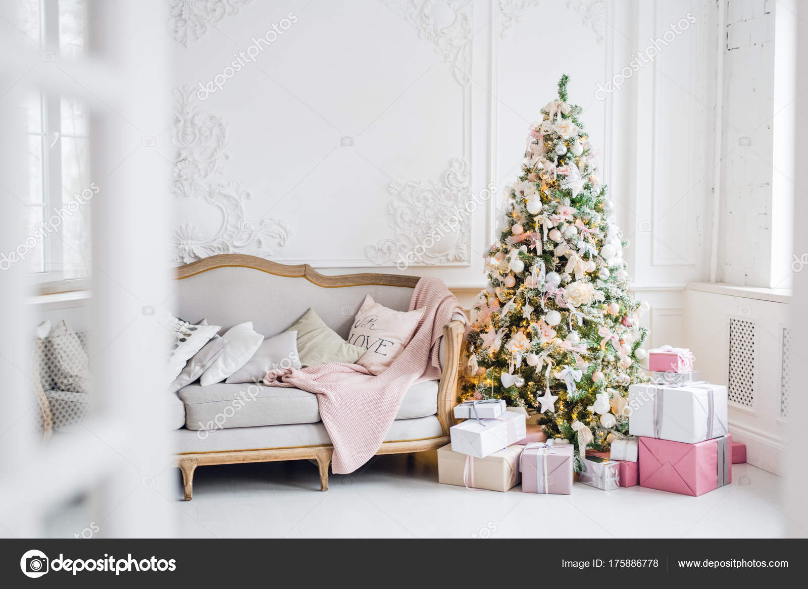 Klassische Weihnachten Licht Innenraum in weiß und rosa Tönen mit ...