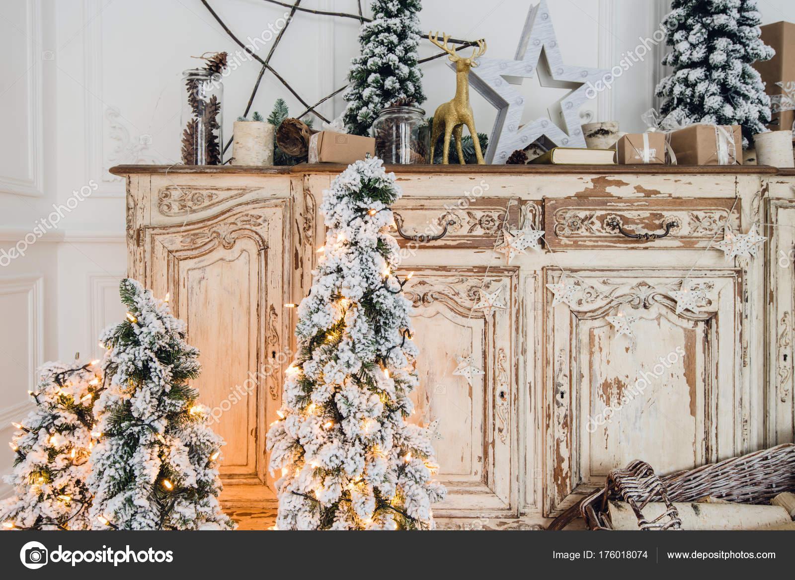 Kerstboom op houten commode commode bureau in witte interieur
