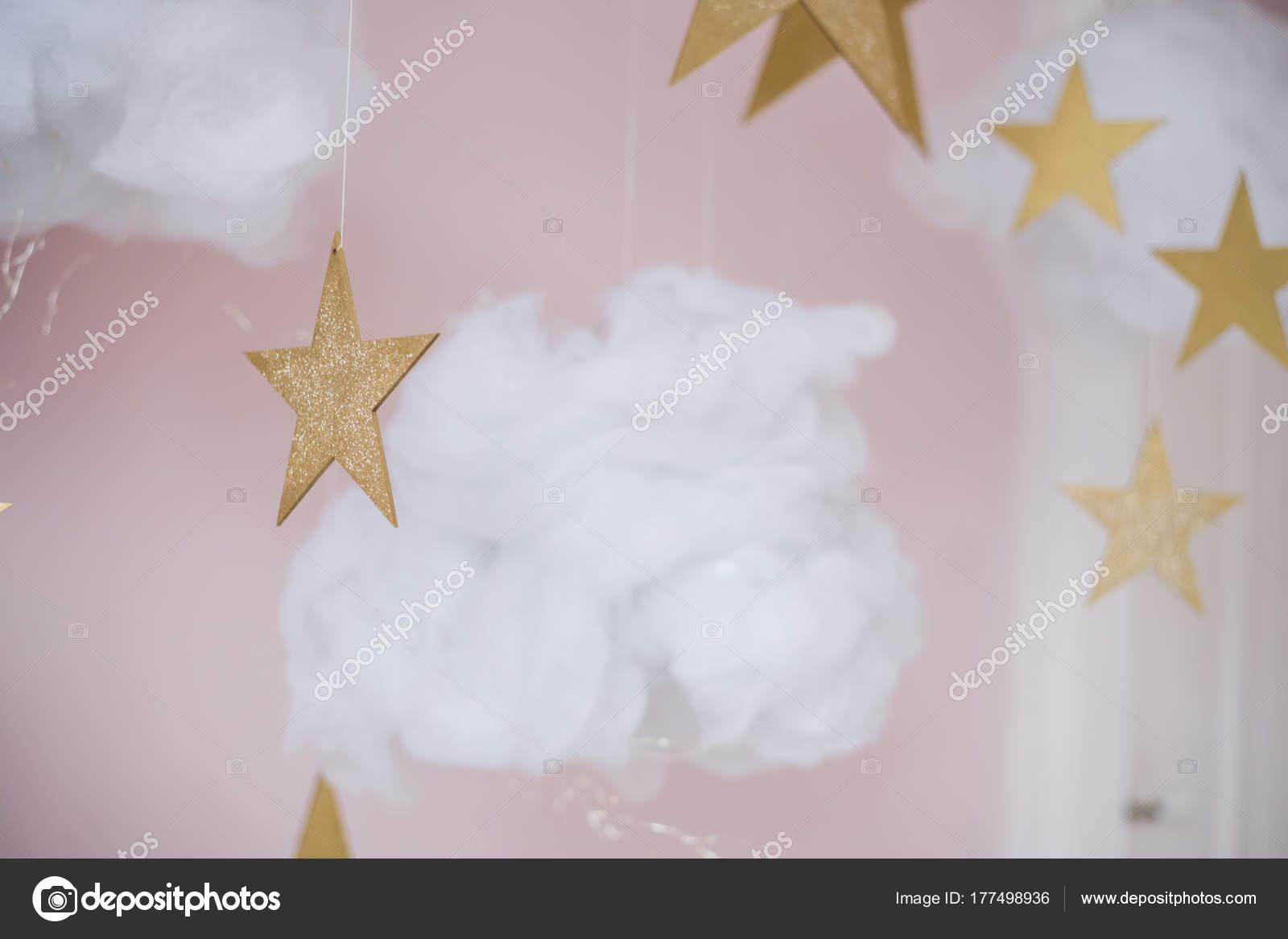 Baumwolle, Watte Wolken mit Sternen auf rosa Hintergrund — Stockfoto ...