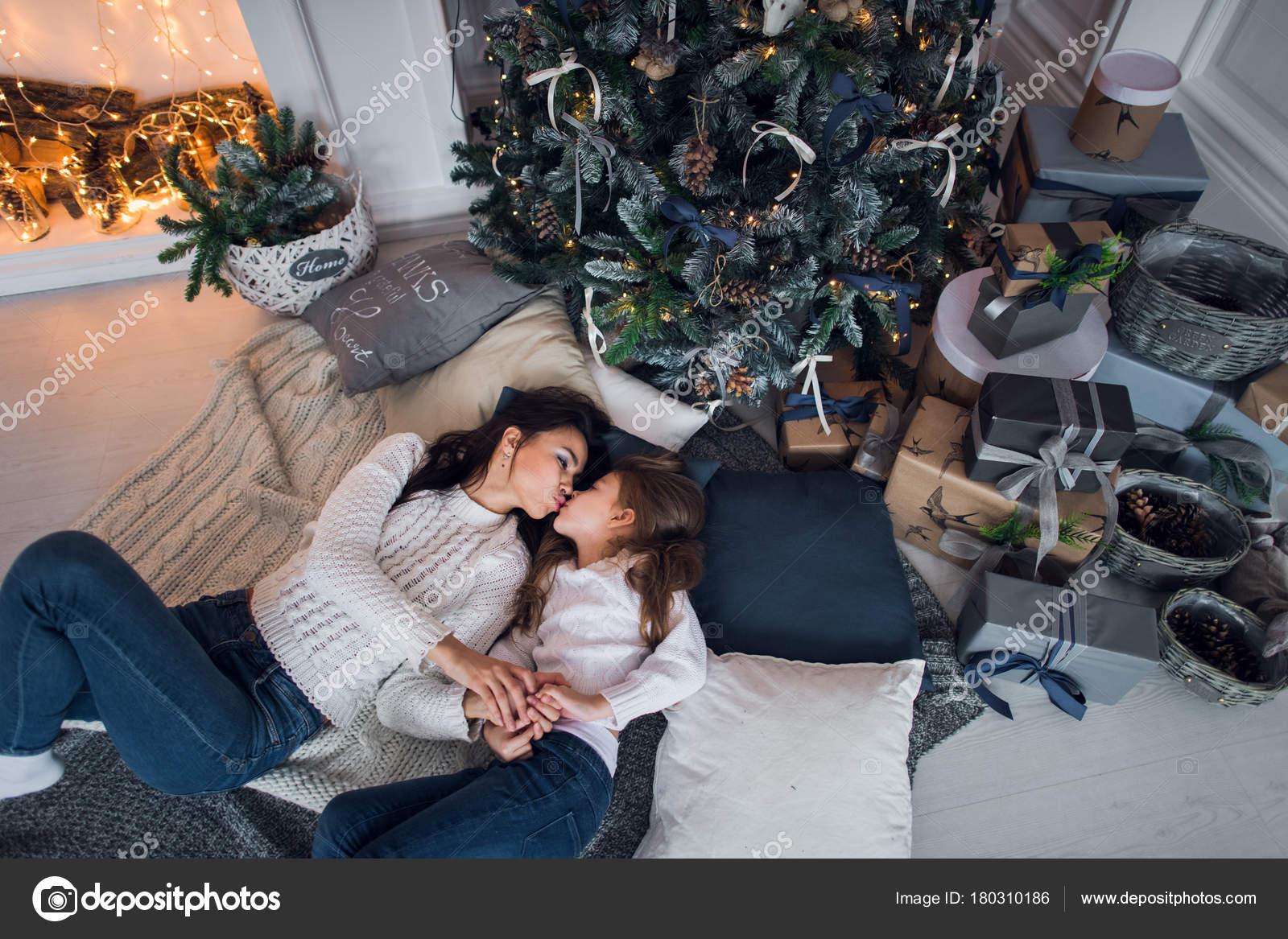 Frohe Weihnachten und schöne Feiertage. Fröhlich Mama und ihre süße ...
