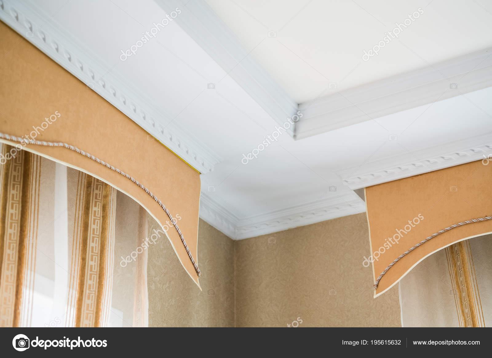 stucwerk op het plafond en gordijnen in rijke appartement stockfoto