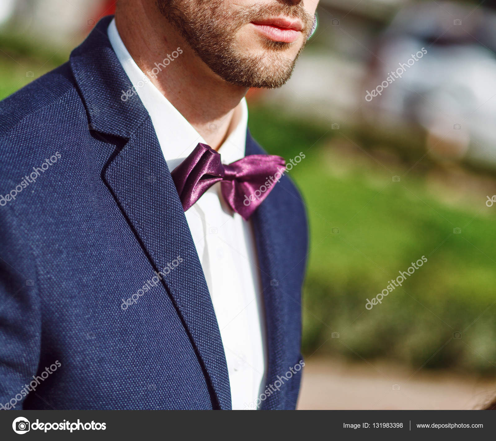 ead593cc4 Hombre guapo joven con una barba en lujosa camisa blanca y chaqueta azul  con pajarita —
