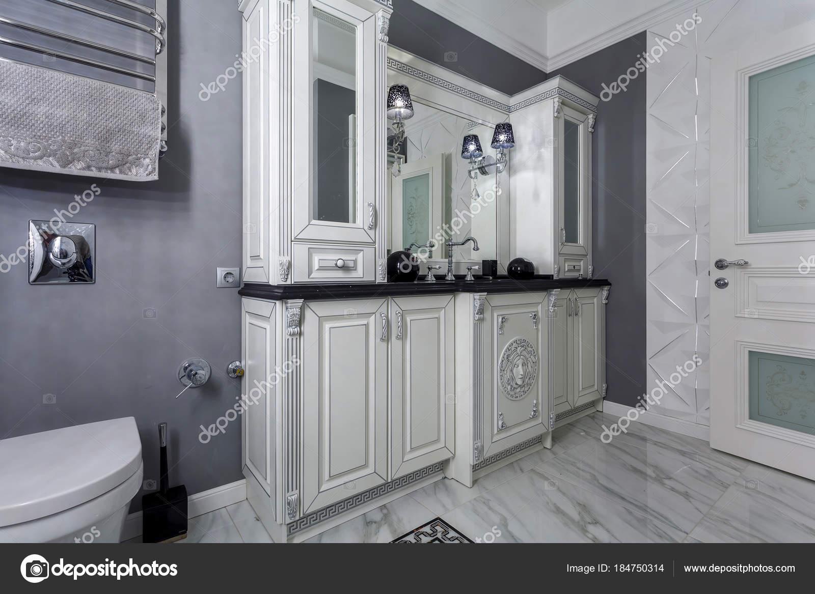 Design Bagno Classico : Bagno classico con interni dal design minimalistico bianco e grigio