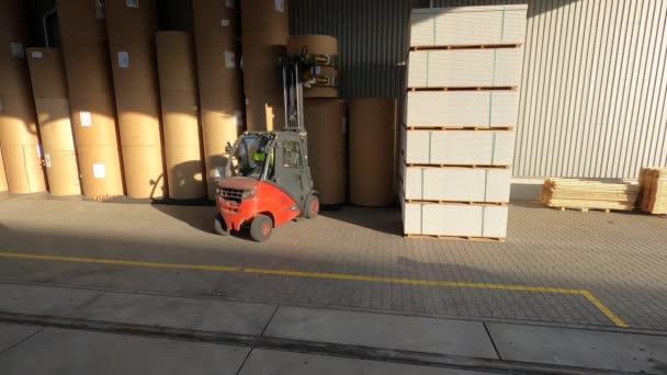 A targonca teherautóra rakja az árut. teherszállítás. targonca tehergépkocsira rakodva