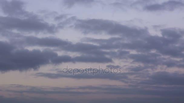 Schnelle Bewegung der Winter Gewitterwolken über die Steppen des Don