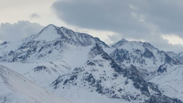 Tvorbu a pohyb mraků nad sopka Elbrus na Kavkaze v zimě.