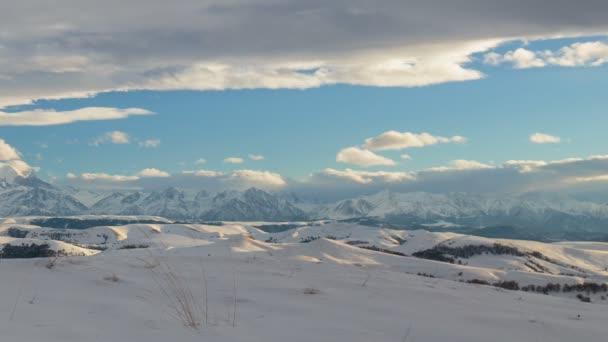 Tvorbu a pohyb mraků nad sopka Elbrus na Kavkaze v zimě