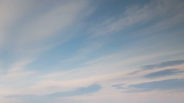 Rusko, časová prodleva. Vznik a rychlý pohyb bílé mraky různých tvarů na modré obloze na konci jara při západu slunce