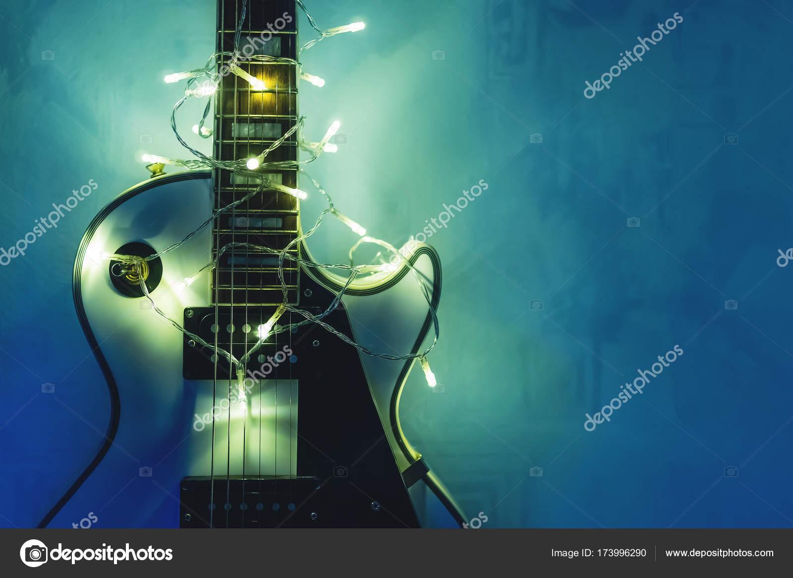 Guitarra eléctrica con guirnalda iluminada — Foto de stock © diy13 ...