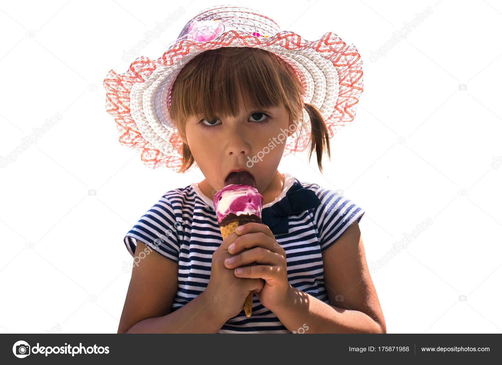 Colpo isolato della bambina sveglia con gli occhi marroni e capelli castano  scuro 3785c7c92d5b