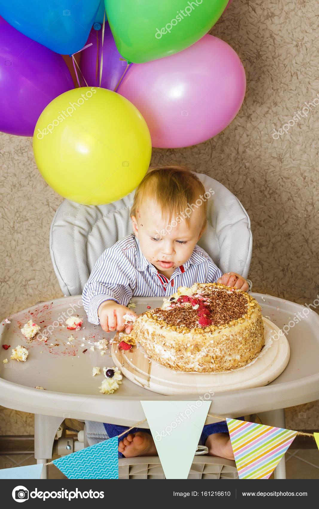 Einjahriger Junge Feiert Seinen Ersten Geburtstag Stockfoto