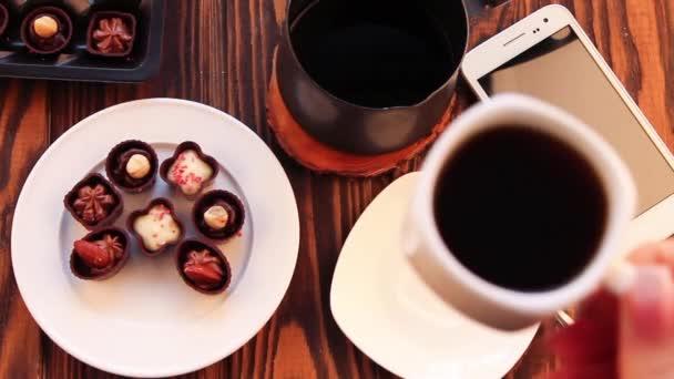Pití kávy s čokoládové bonbony