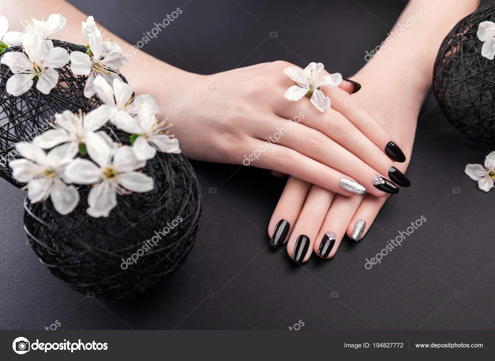 Manicure Negro Y Plateado Con Flor De Cerezo Sobre Fondo