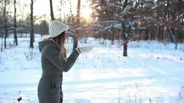 Schneewehen im Winterwald genießen Spaziergänge. Frau, die Spaß im Freien hat. Saisonale Aktivitäten. Mädchen lachen und entspannen sich in warmer Kleidung