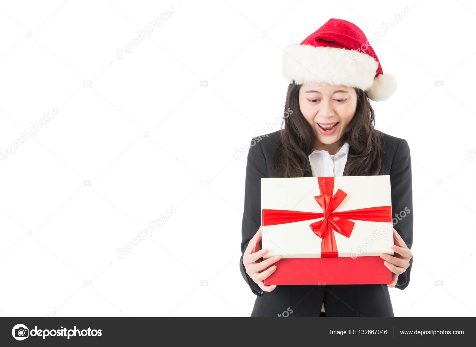 Business Frau Eröffnung Weihnachtsgeschenk überrascht — Stockfoto ...