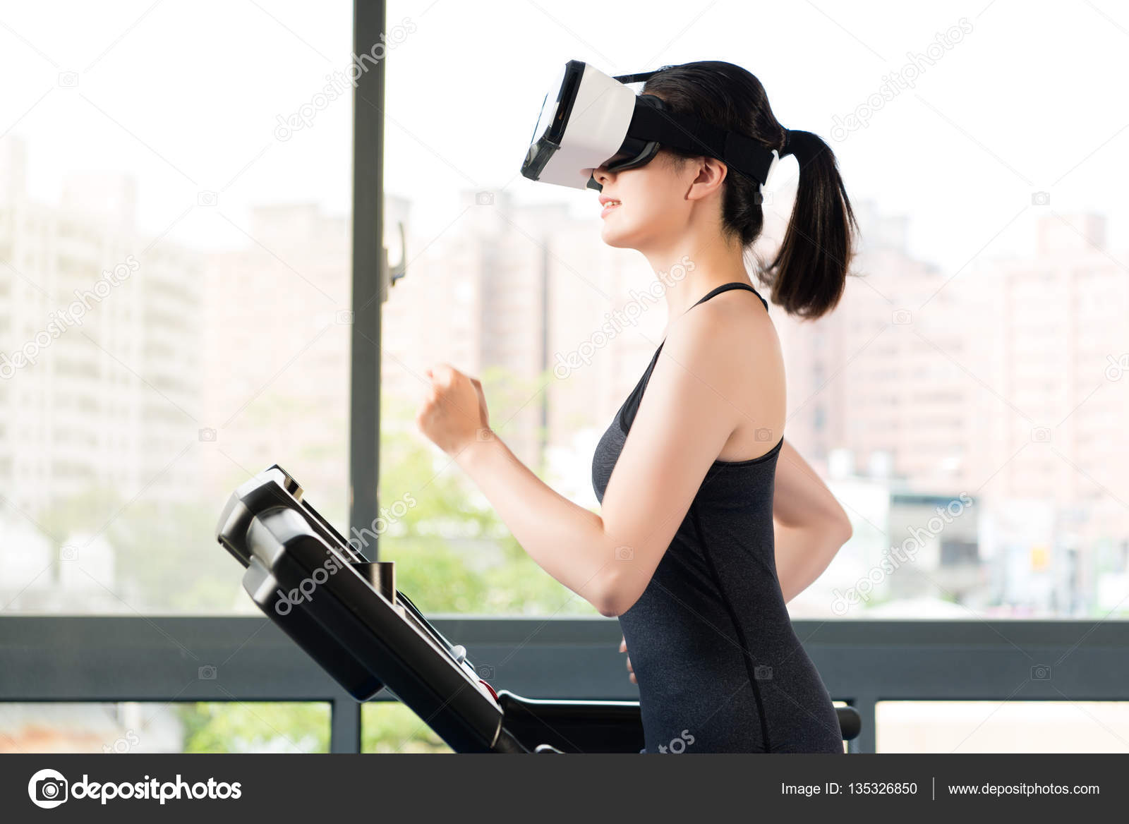 beauty asian woman running treadmill by VR headset glasses — Stock