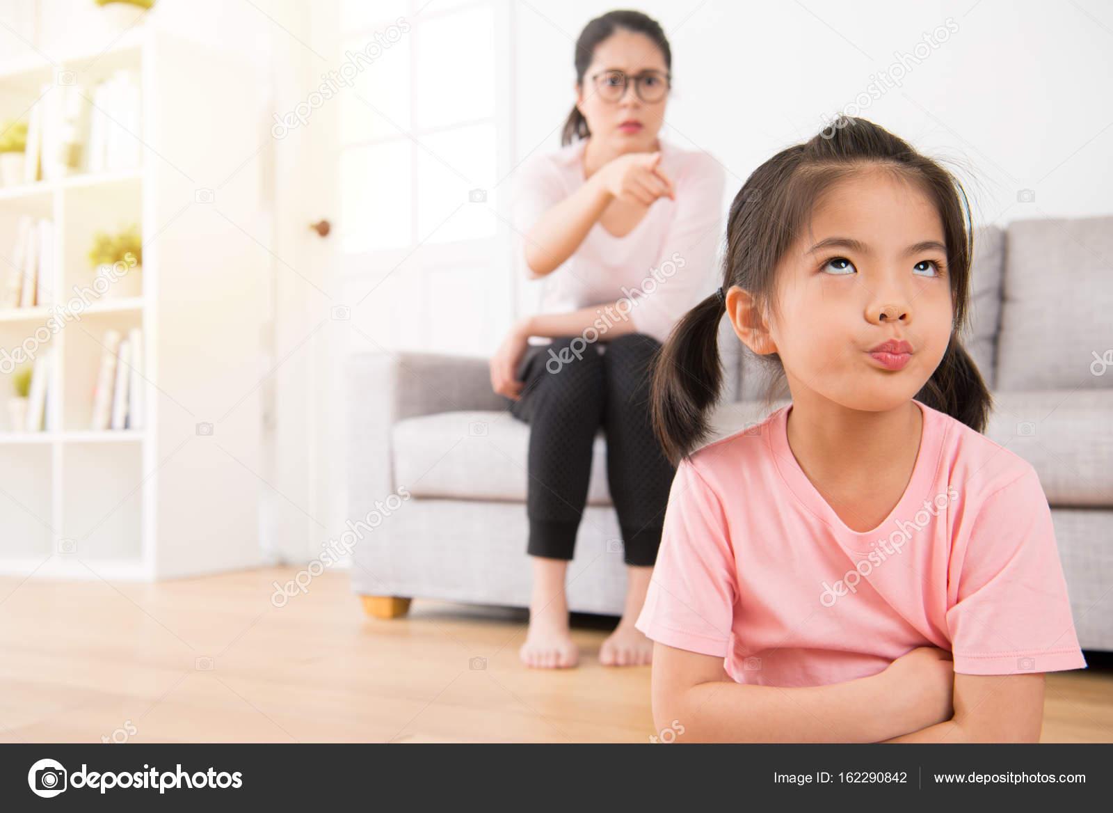 junge schöne Kinder war gelangweilt zu Hause — Stockfoto ...