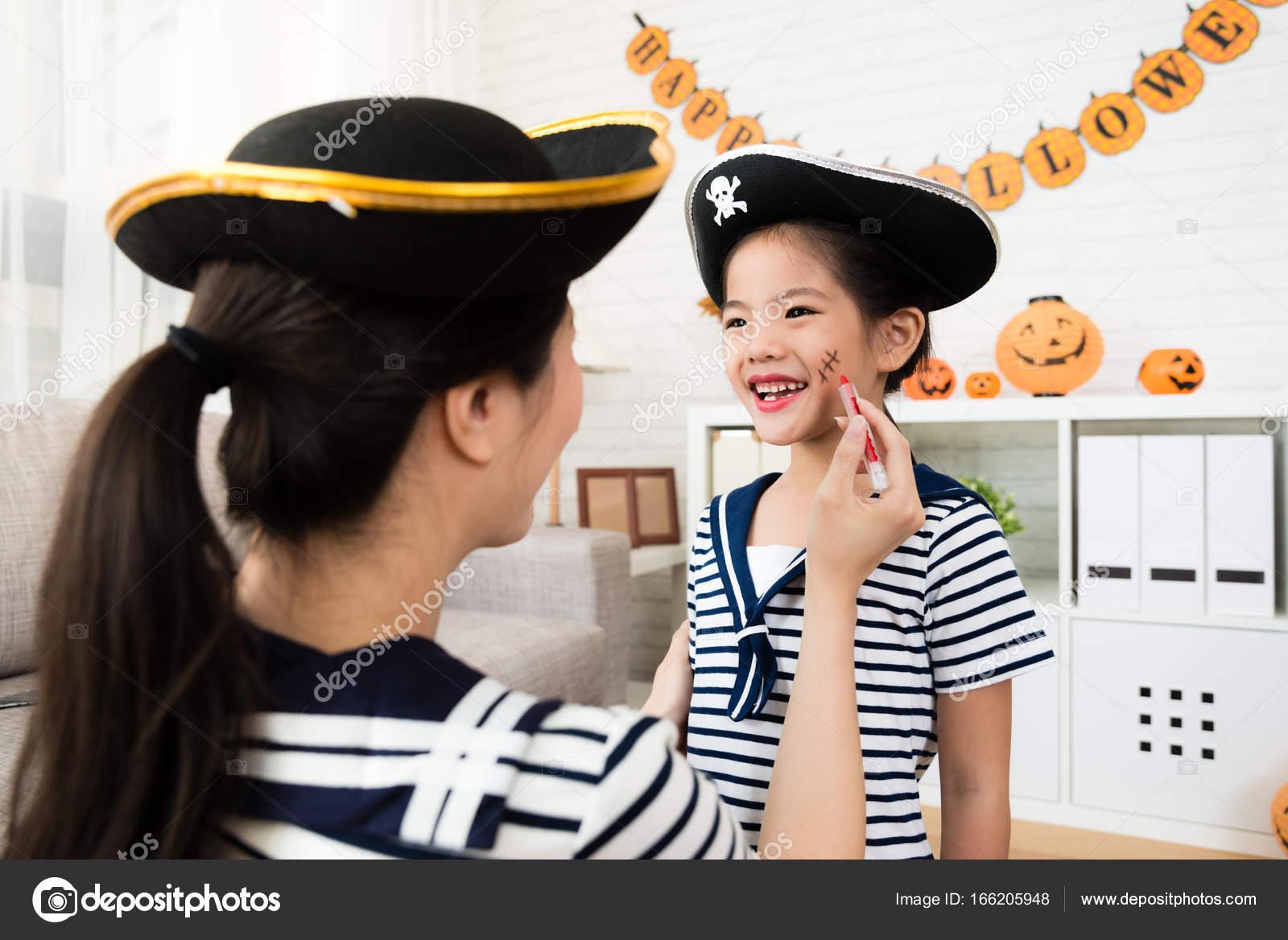 Madchen Und Mutter Spielen Halloween Make Up Stockfoto
