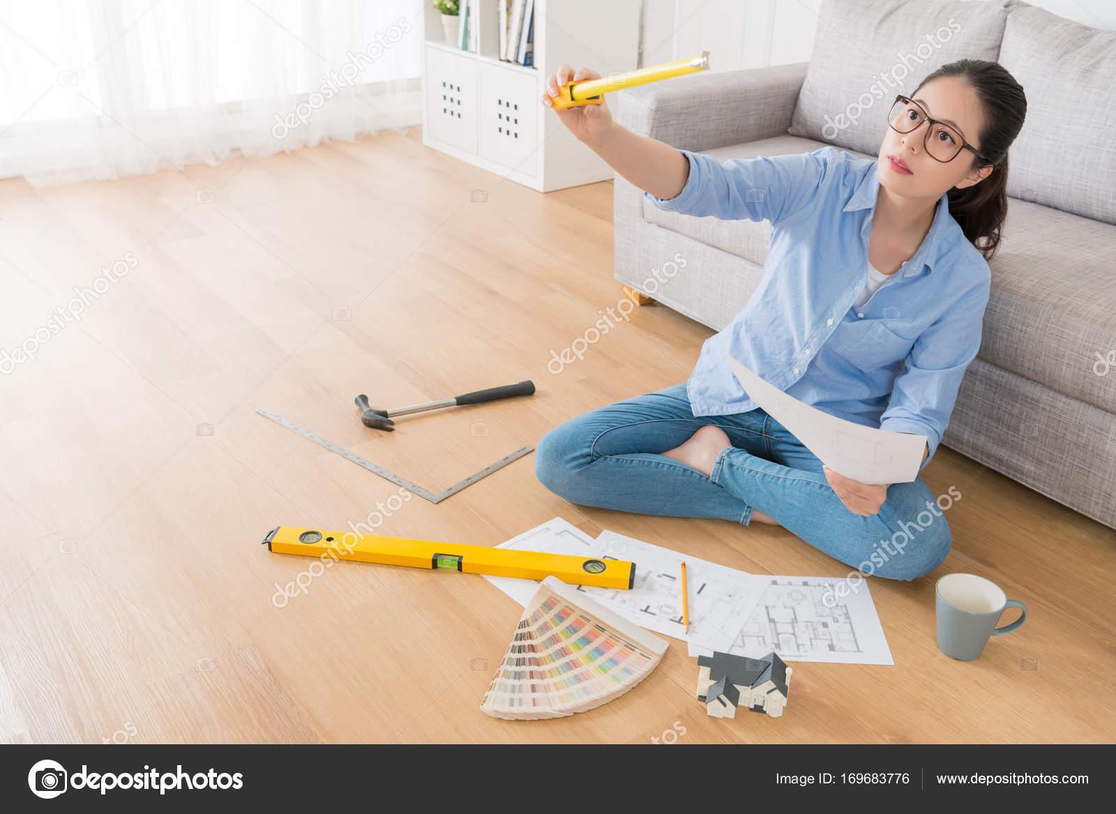 Hausfrau Sitzen Im Wohnzimmer Holzboden U2014 Stockfoto
