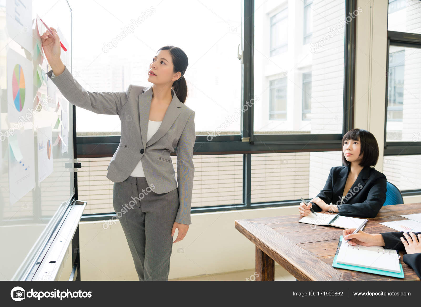 Ufficio Elegante Jobs : Gestore di lavoro elegante ufficio femminile attraente u foto