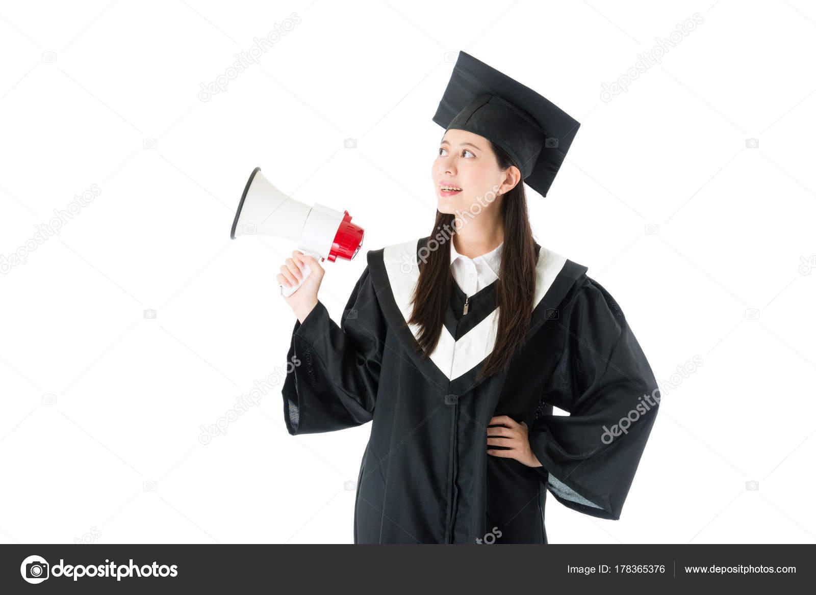 4074a3ae6 Estudiante chica guapa joven con graduación ropa de pie sobre fondo blanco