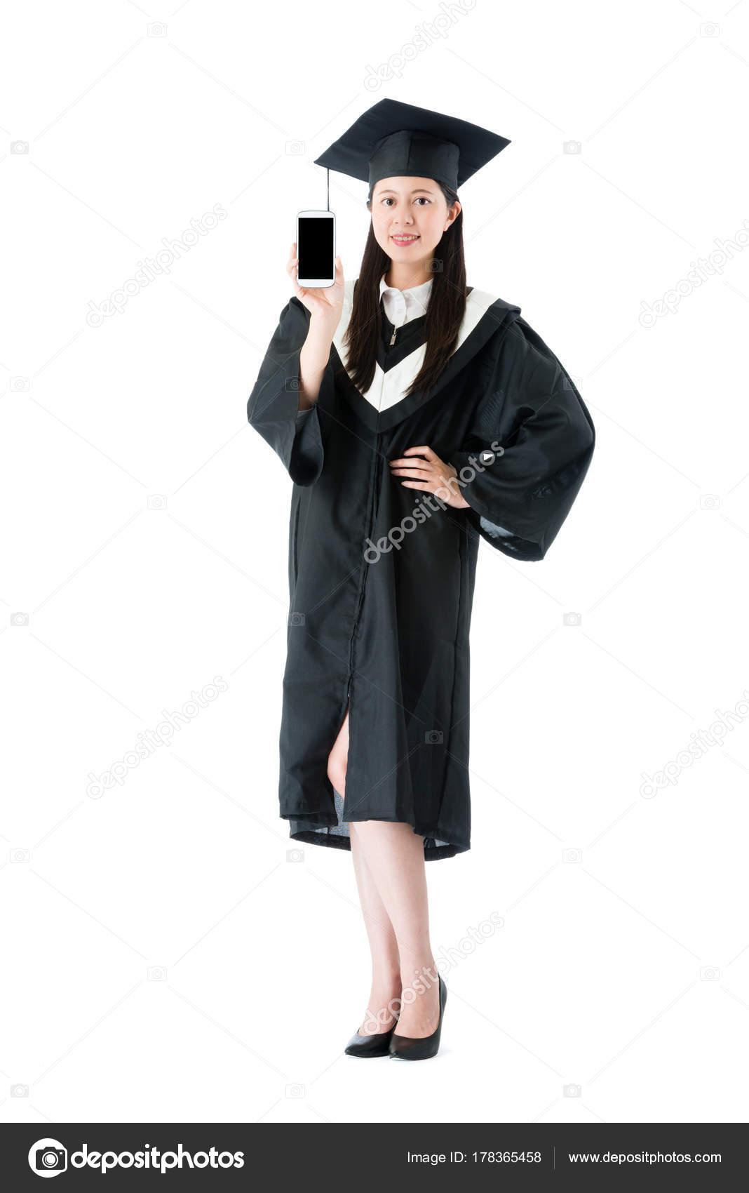f845a3e9a Segura mujer elegante con graduación ropa de pie sobre el rostro a la  cámara mostrando del teléfono celular móvil con pantalla en blanco y fondo  blanco ...