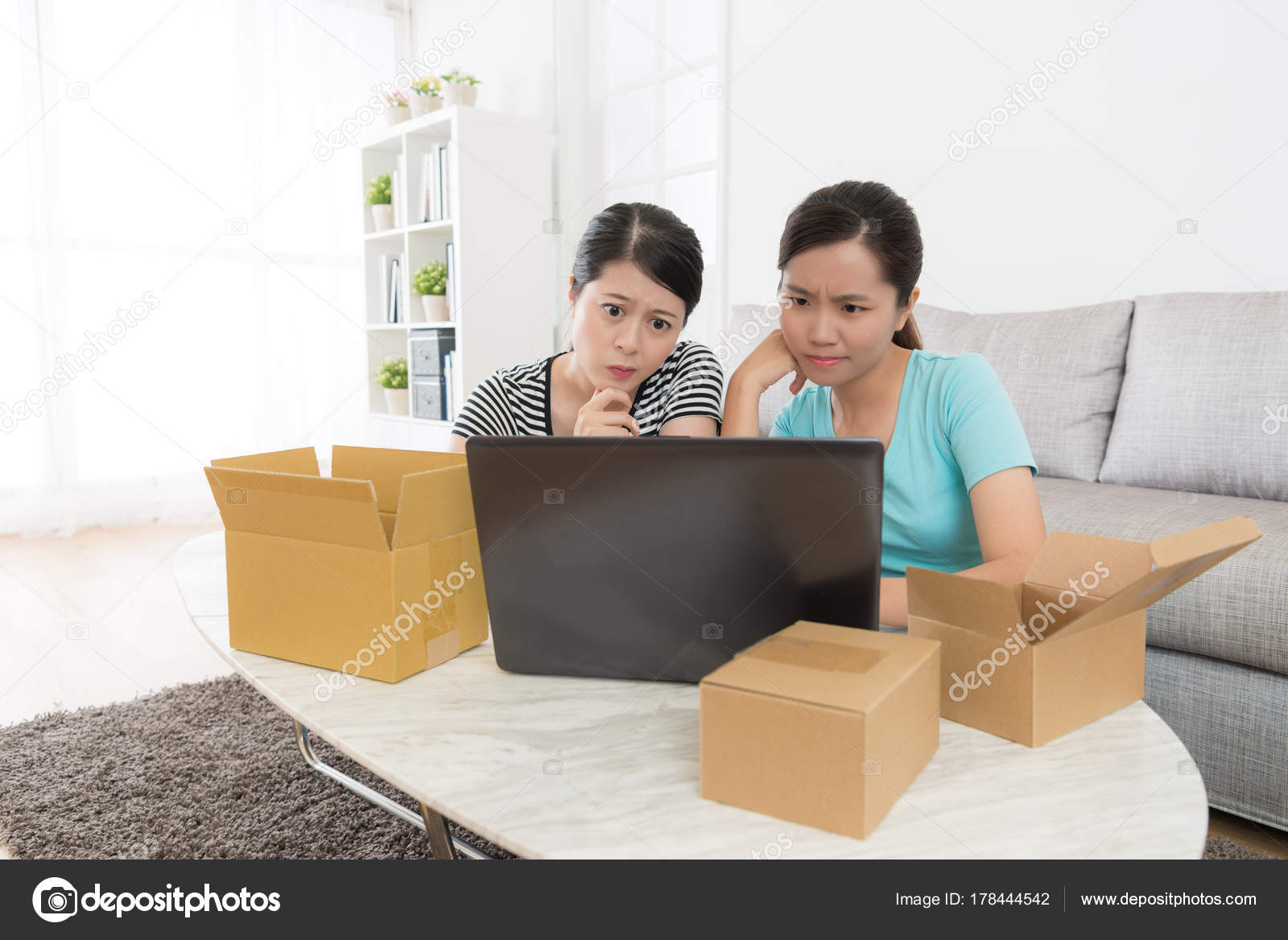 e86b1d2d0 Cliente de mulheres à procura no site de compra on-line — Fotografia de  Stock