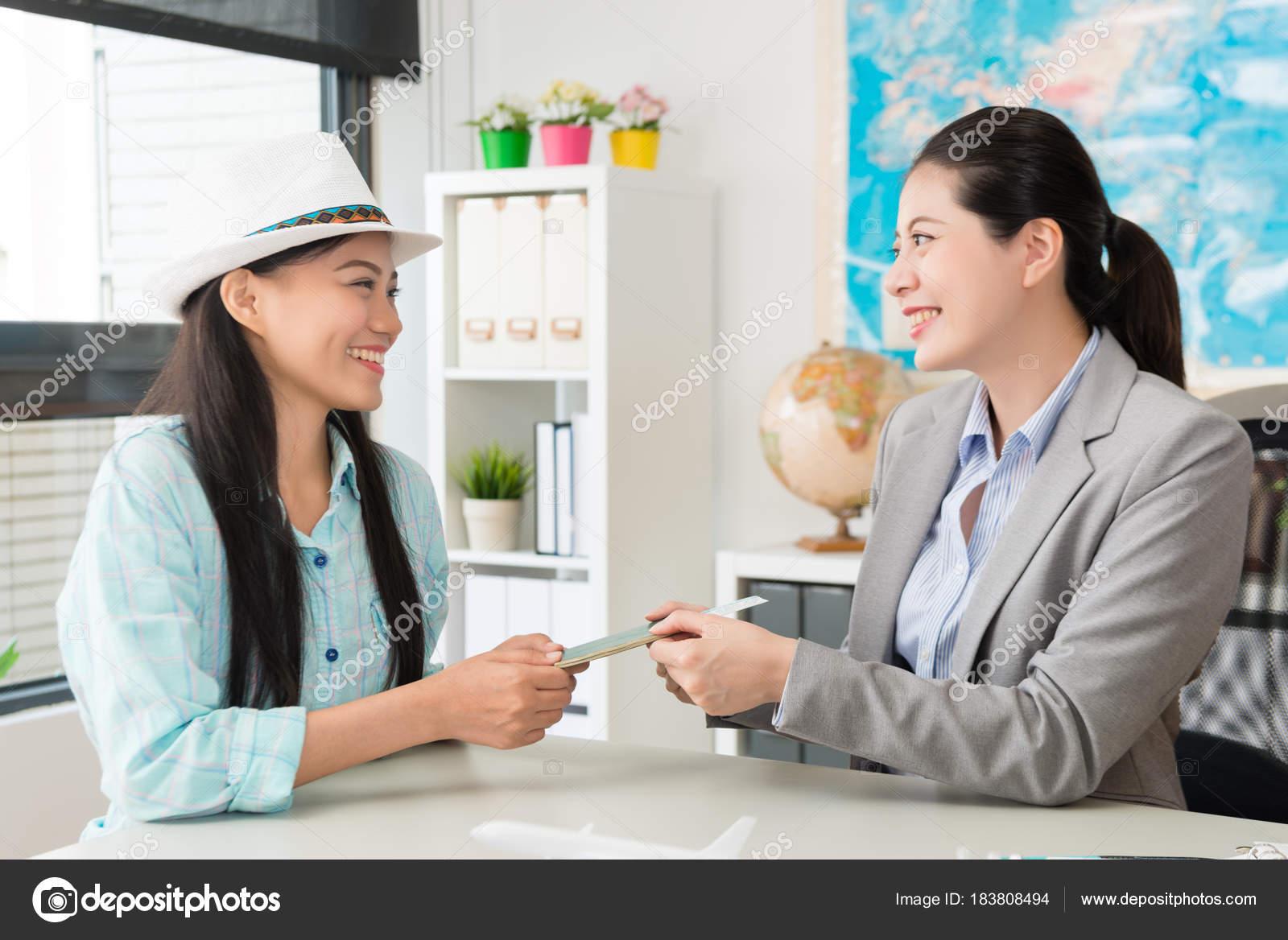 Femme de travailleur jeune agent de voyages entreprise bureau