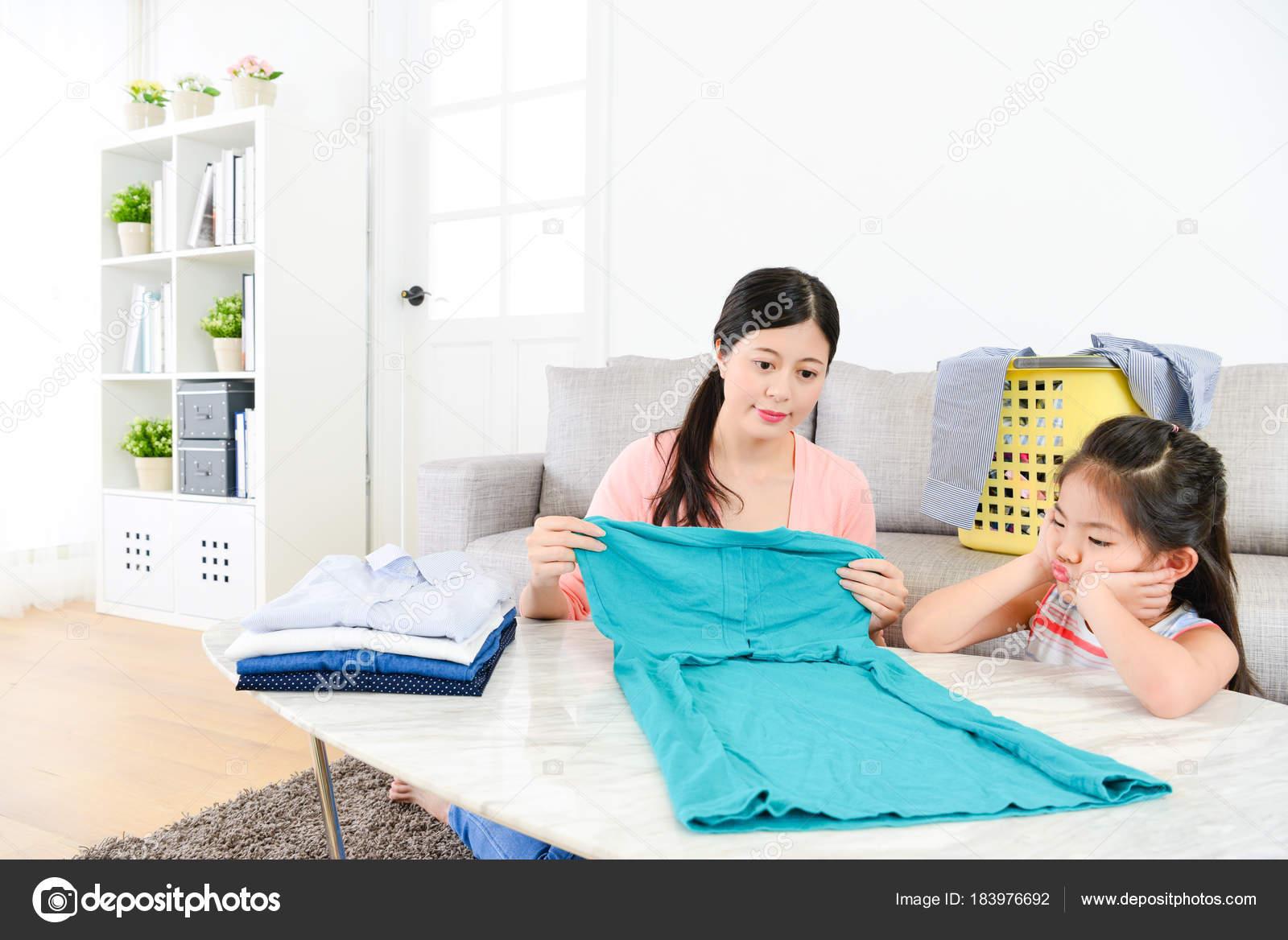 wunderschönes kleines Mädchen Kind Kinder langweilt — Stockfoto ...