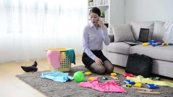https://st3.depositphotos.com/4817991/19478/v/600/depositphotos_194782748-stockvideo-mooie-zakenvrouw-schoonmaken-van-rommelige.jpg