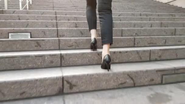 Detailní záběr z asijských podnikatelka vysoké podpatky nohy připraven jít až ke schodům na slunečný den mimo kancelář