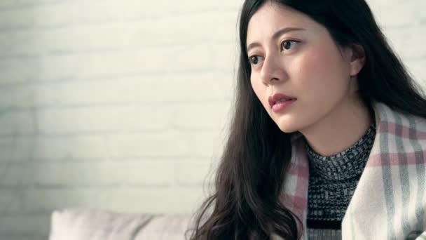 Dolly asijské ženy mít kýchání pocit utrpení a unavený, protože virus chřipky, nos alergie nebo nastydnout doma v zimě