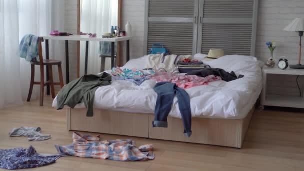 Práce domu majitel nemá čas uklidit do jejího pokoje. Je to opravdu katastrofa