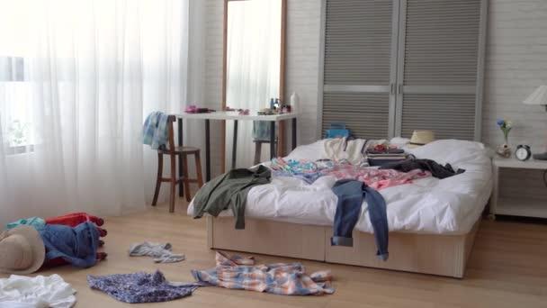 Stanza Da Letto Ragazza : Scena una camera letto ragazza disordinato vestiti sparsi ovunque