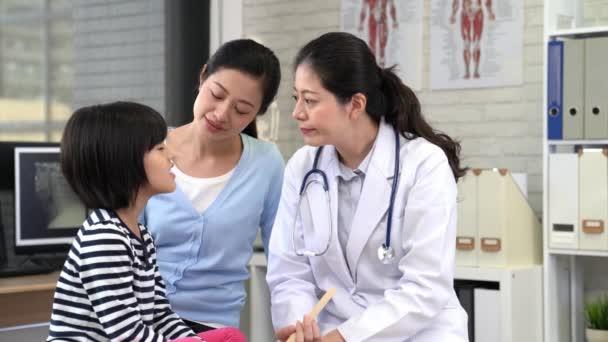 krásný lékař konzultace s malou holčičkou se svou matkou v klinice