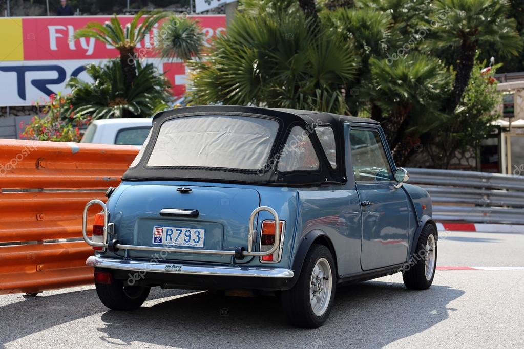 синий ретро автомобиль Austin Mini Cooper стоковое редакционное