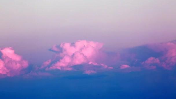 Timelapse z růžových mraků při západu slunce