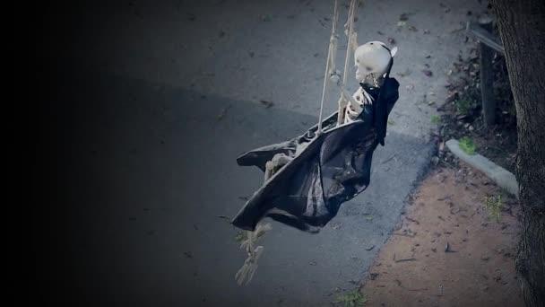 Skelett auf Schaukel