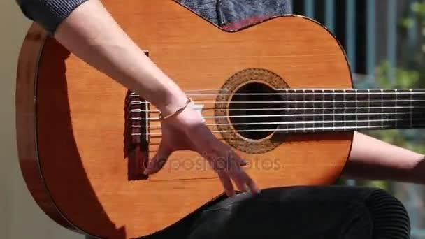 Muž si hraje tradiční španělské Flamenco kytaru