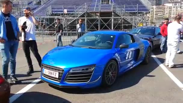 Modrá Audi R8 Coupe