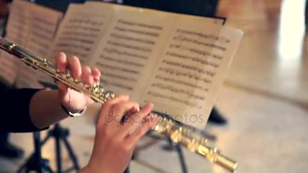 Frau spielt Flöte