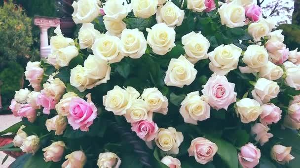 Fehér és rózsaszín rózsa csokor