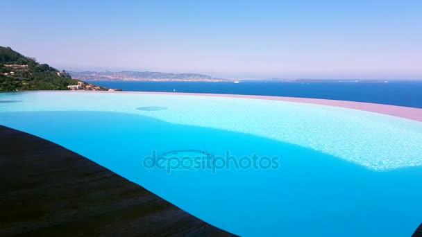 luxuriöse Pool mit Meerblick