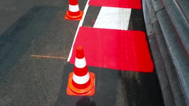 Textury závod asfalt a zakřivené obrubník s dopravní kužely - Monaco Grand Prix Circuit 4k Video